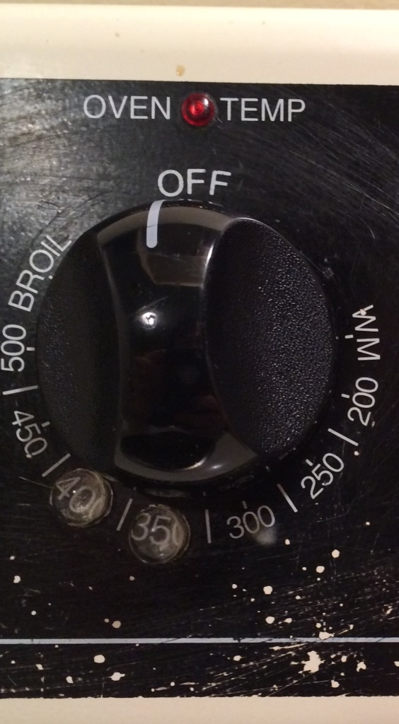 An oven dial with bump dots indicating 350 degrees and 400 degrees.